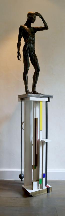 Ecorché de Houdon, colonne en bios blanc ajourée, armée de laiton et incrustée de plastique de couleur