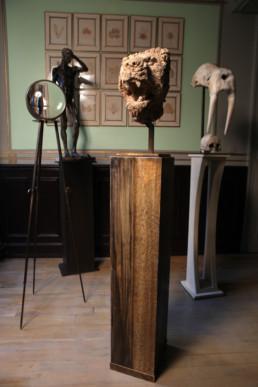 Ensemble d'objets présentés sur colonnes en bois et métal