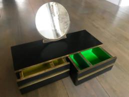 Coffre à bijoux, bois noir gaufré, incrustation de laiton et plastique de couleurs