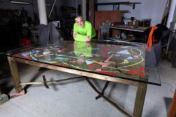Fabrication d'une table de terrasse en verre et bronze massif avec une mosaïque de Lanskoy incrustée.