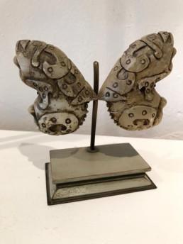 Jade chinois proposé en forme de papillon, socle bois et métal, patine verte