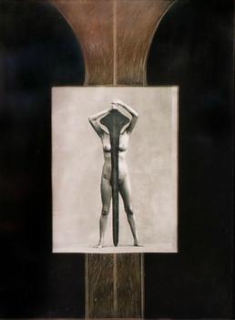 Photo de Fiore Garduno, cadre en bois, habillage de métal gravé