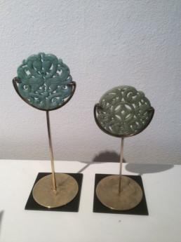 Médaillons chinois en jade, socles en laiton, bases plastique noir