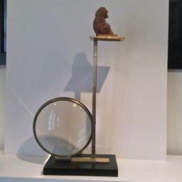 Montage d'une grosse loupe, appareillage de laiton, patine dorée et support tablette