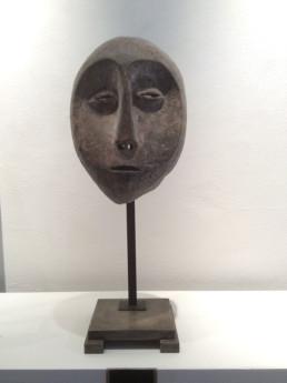 Masque Lega, soclage bois et métal