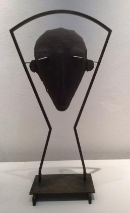 Masque Senoufo, présentation en métal, patine argent